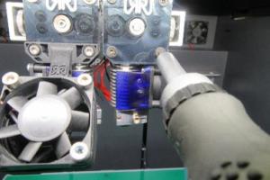 Lösen der Klemmschrauben mit einem Inbusschlüssel